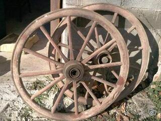 2 anciennes roues de charettes
