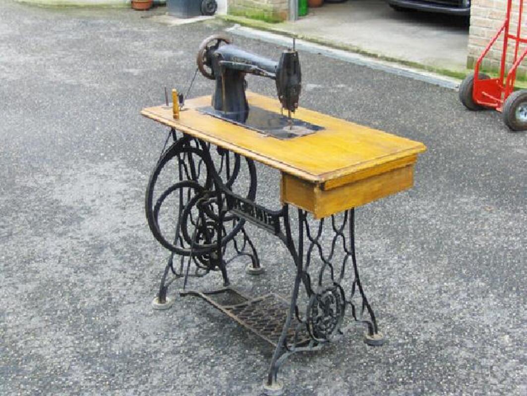 2 Machines à coudre anciennes à pédale 104464734
