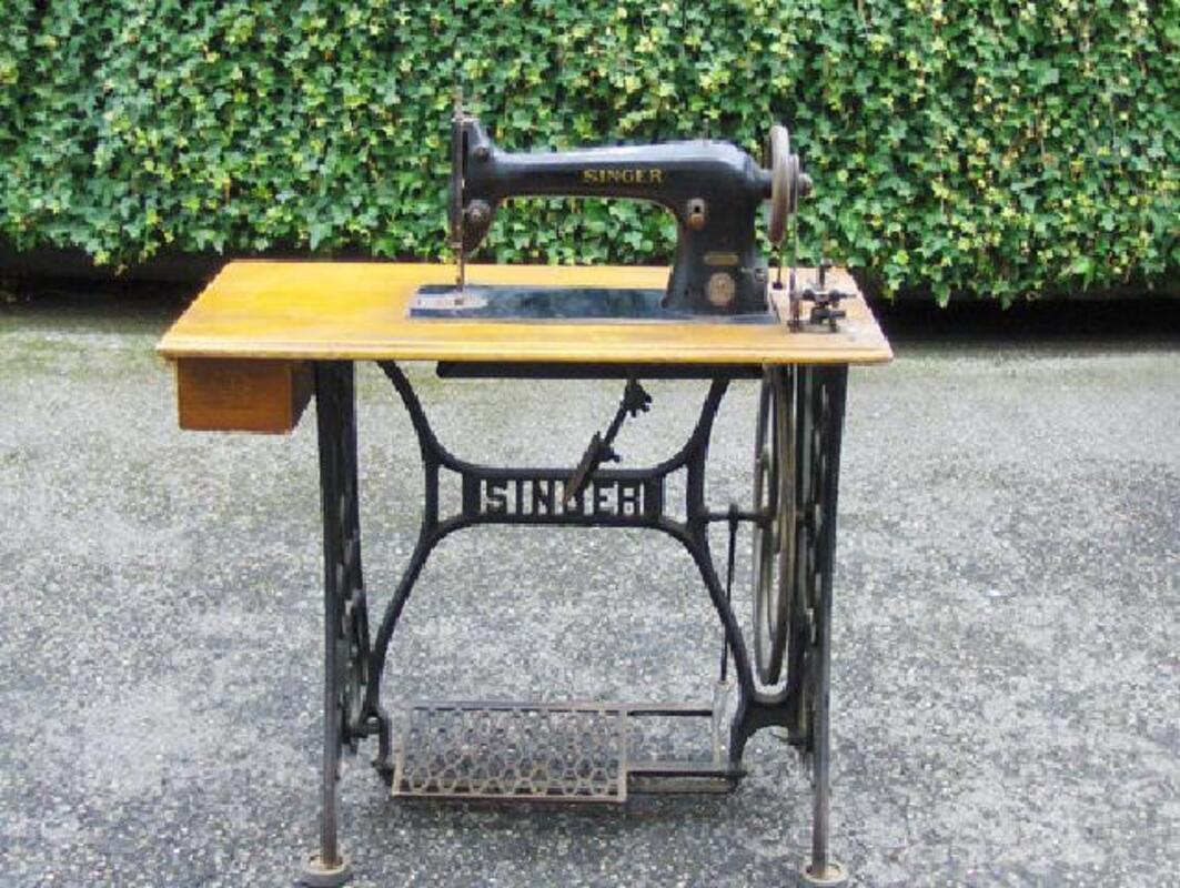 2 Machines à coudre anciennes à pédale 104464735