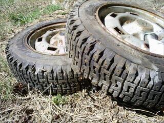 2 pneus hiver à clous de taille 135/13