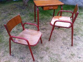 3 chaises enfant type indus et 1 bureau années 50