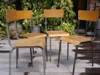 4 chaises d'école ou d'usine