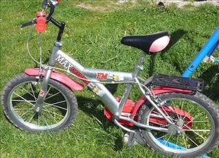 A saisir: vélo enfant 4-6 ans, avec roues latérales...