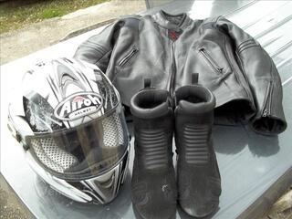 Accessoir moto :veste en cuir . casque airoh .et botte