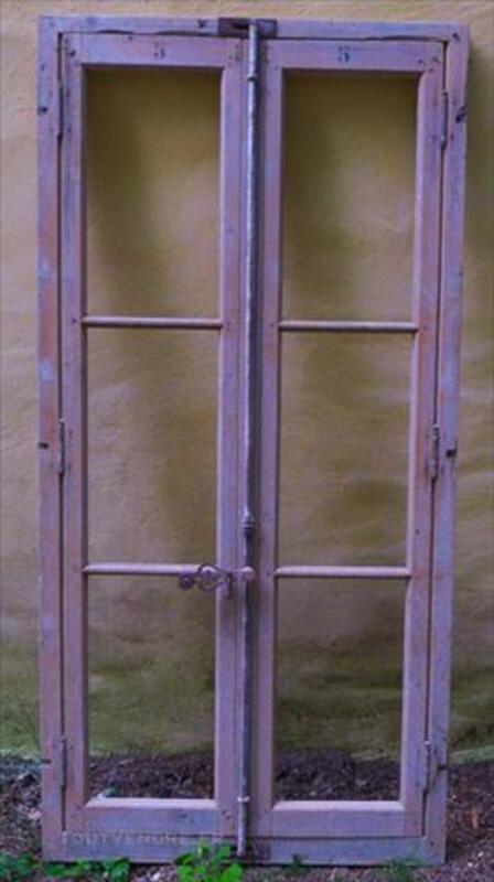 Ancienne fenêtre porte fenêtre bois immeuble aixois 85480399