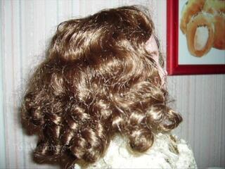 Belle perruque pour poupée ancienne