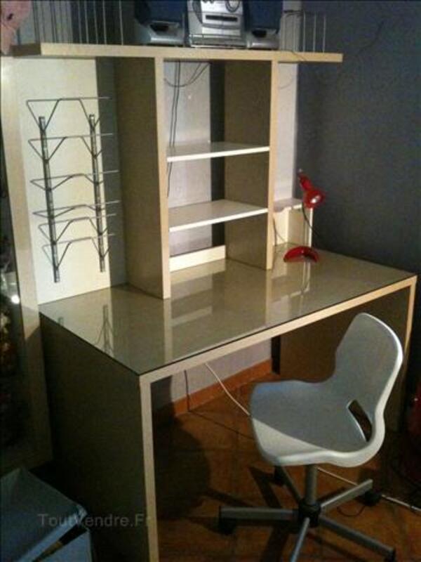 Bureau blanc et beige + chaise blanche + lampe rose 295881