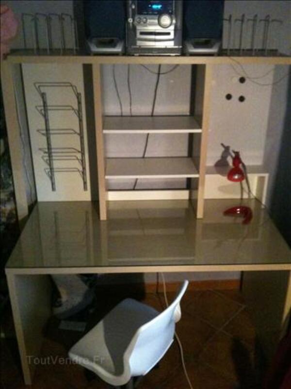 Bureau blanc et beige + chaise blanche + lampe rose 295882