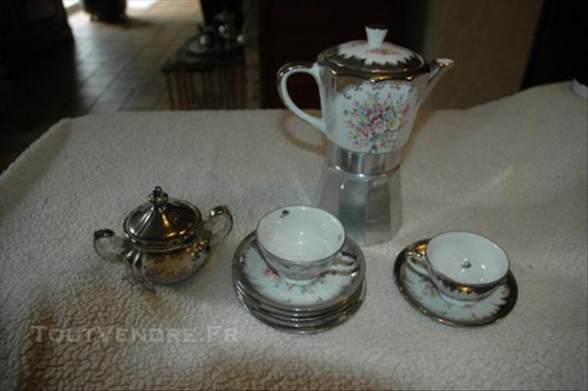 Cafetière italienne et son service à café en porcelaine 85389758
