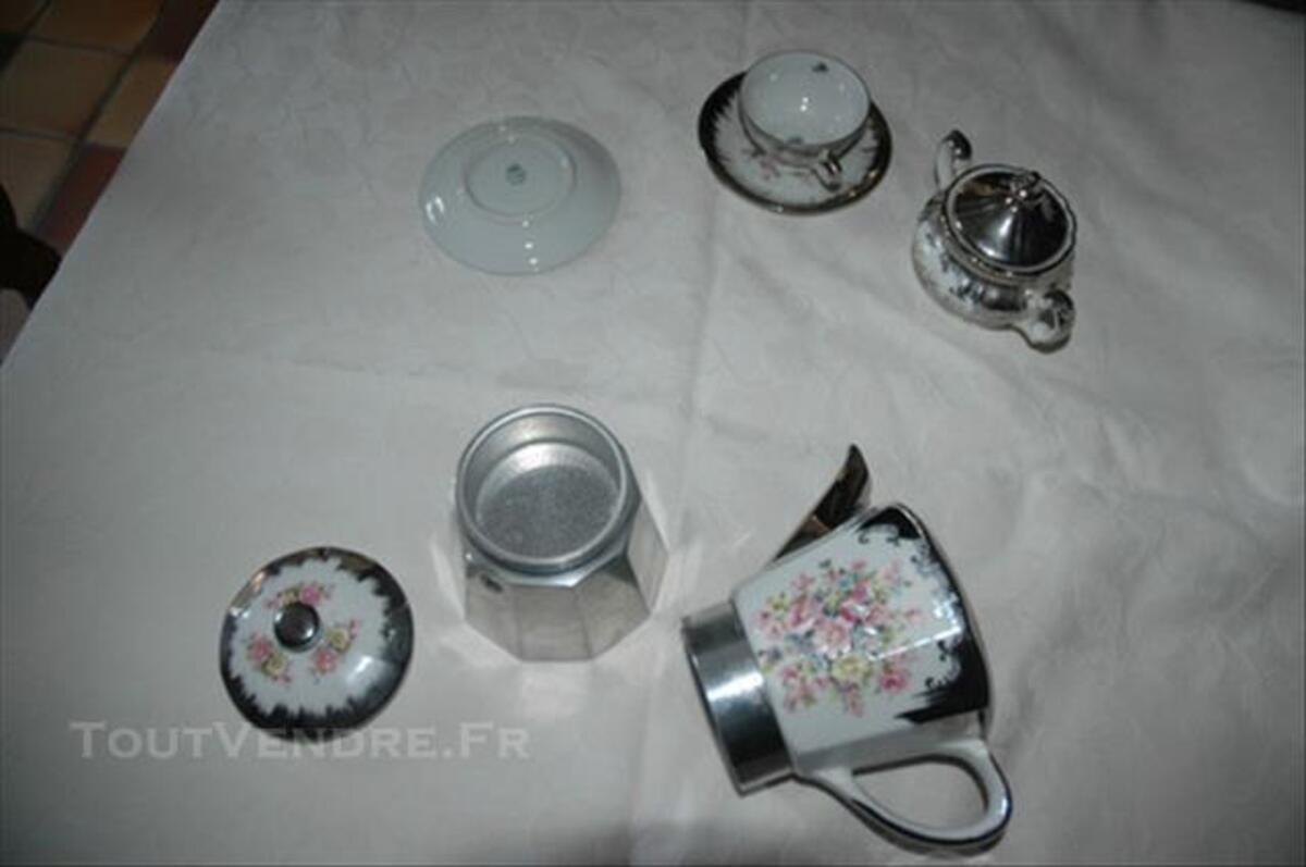 Cafetière italienne et son service à café en porcelaine 85389759