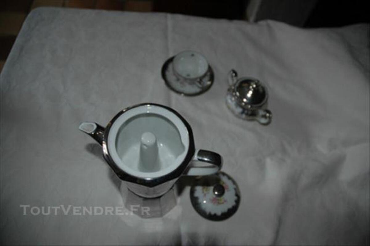 Cafetière italienne et son service à café en porcelaine 85389760