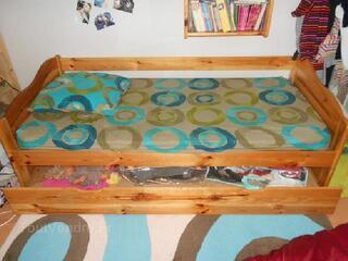 Chambre avec un lit, une étagère et un chevet