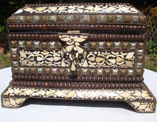 Coffre ancien en bois sculpté incrusté d'os