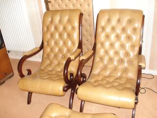 Deux fauteuils cuir Chesterfield avec repose pied