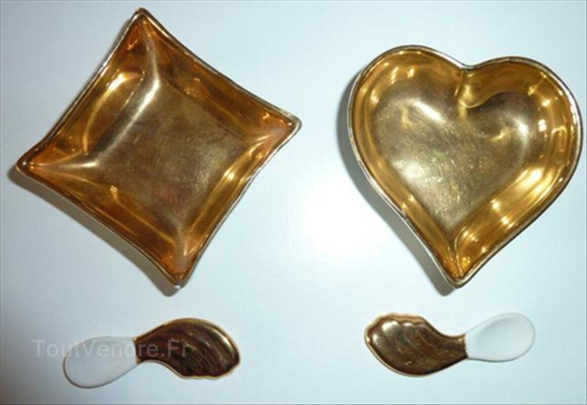 Deux salières ou  porcelaine et leur petites ceuillères 56243090