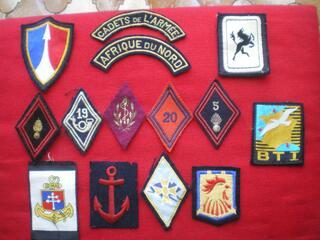 Insigne d'infanterie et divers en tissu.