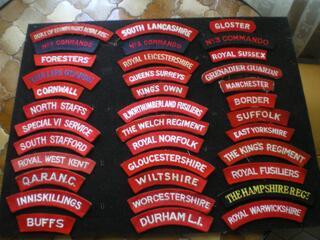 Insignes d'épaule en tissu de régiment britannique.
