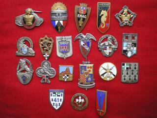 Insignes militaires- Infanterie et Génie - ATTACHES CASSEES.