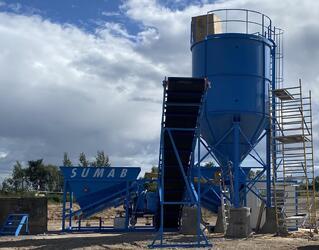 La centrale à béton SUMAB K80.