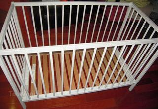 Lit de bébé à barreaux en bois