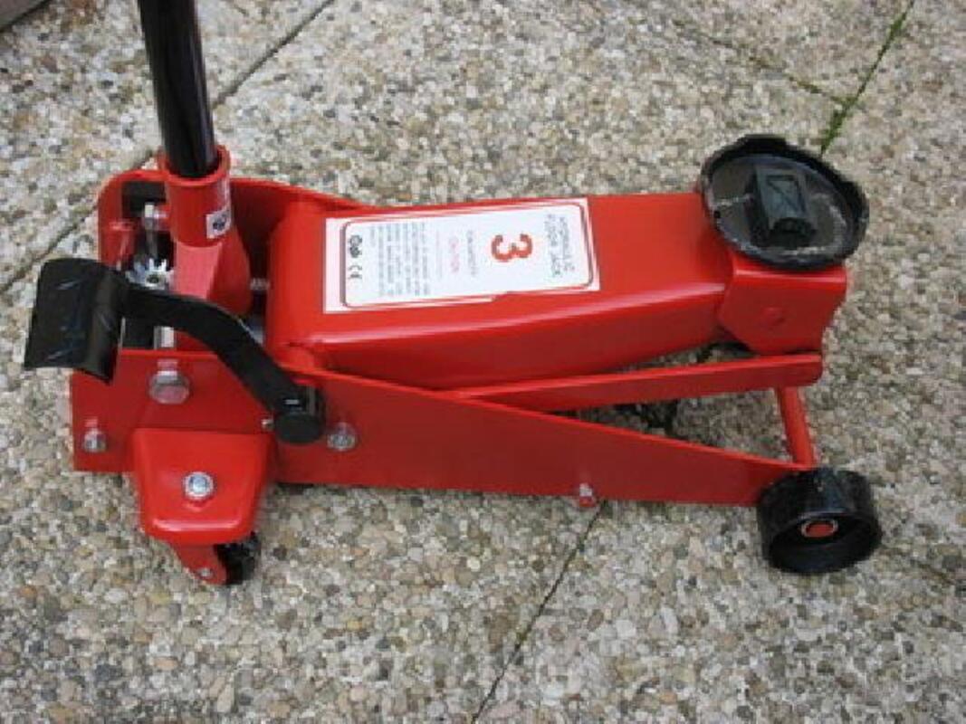 Lot d'outils neuf   45 €  +    CRIC 3 TONNES 130 € 96253900
