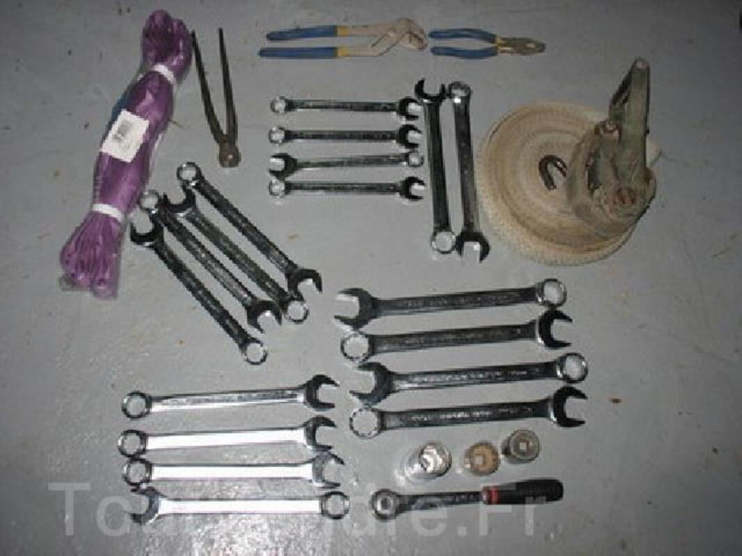 Lot d'outils neuf   45 €  +    CRIC 3 TONNES 130 € 96253901