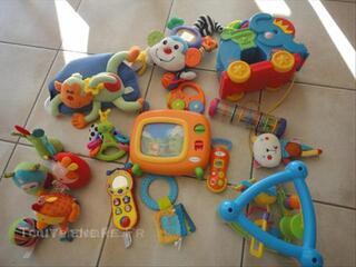 Lot de 12 jouets de marque fisher price, v tech, graco