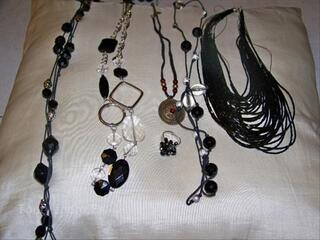 Lot de bijoux fantaisie noirs