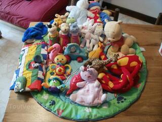 Lot jouets 1er âge et peluches