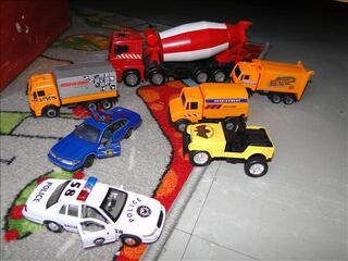 Lot jouets –voitures, poissons, bateau
