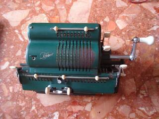 Machine à calculer manuelle ancienne