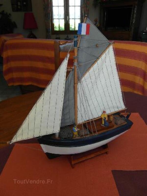 Maquette bateau de pêche en bois avec marins pêcheurs 94091677