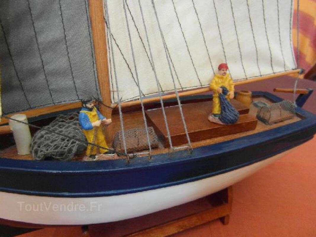 Maquette bateau de pêche en bois avec marins pêcheurs 94091678