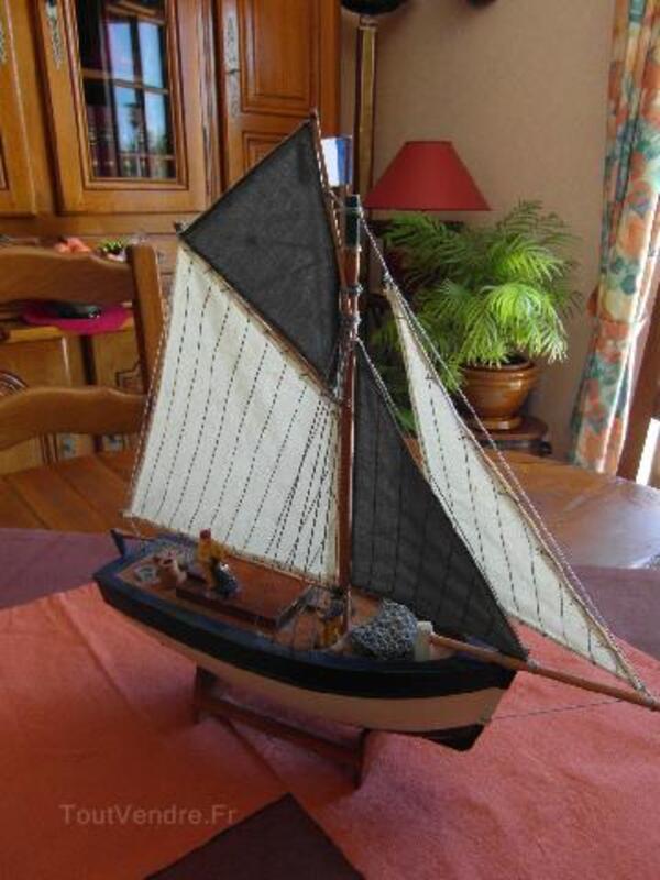 Maquette bateau de pêche en bois avec marins pêcheurs 94091679