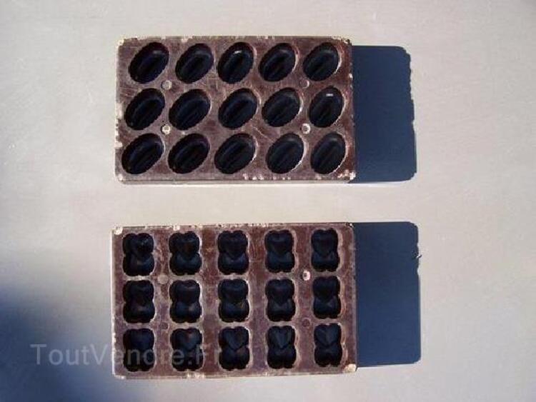 Moules anciens à chocolats 90044328