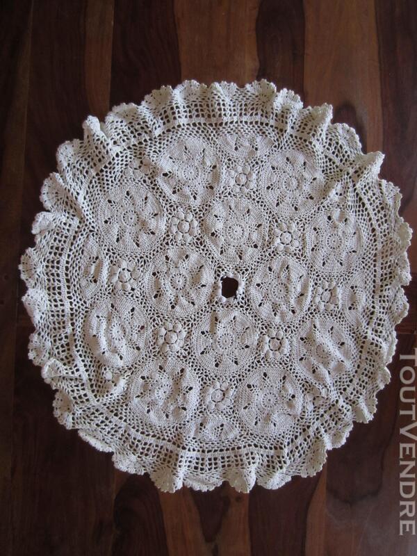 Napperon blanc en crochet 393868917