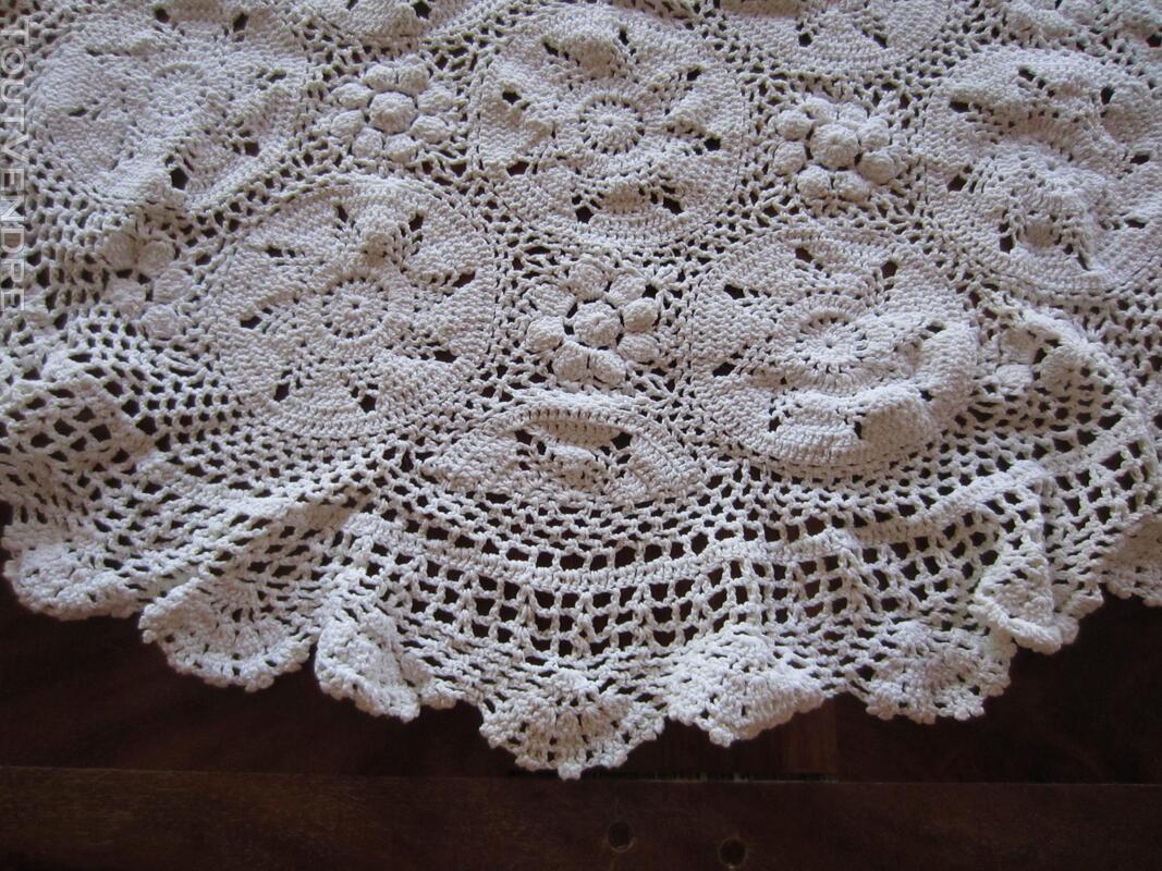 Napperon blanc en crochet 393871479