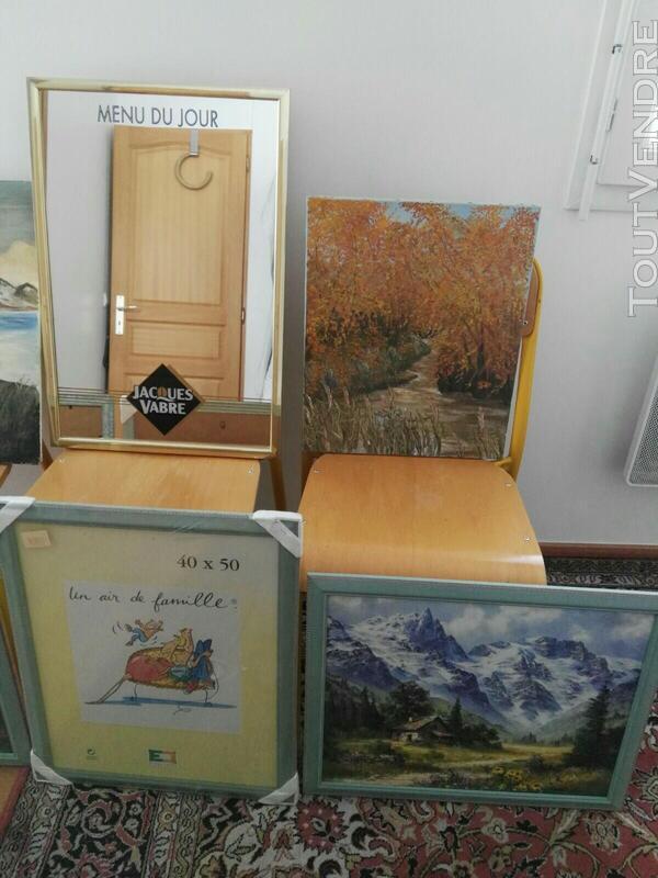 Nombreux tableaux, cadres et miroirs 558734720