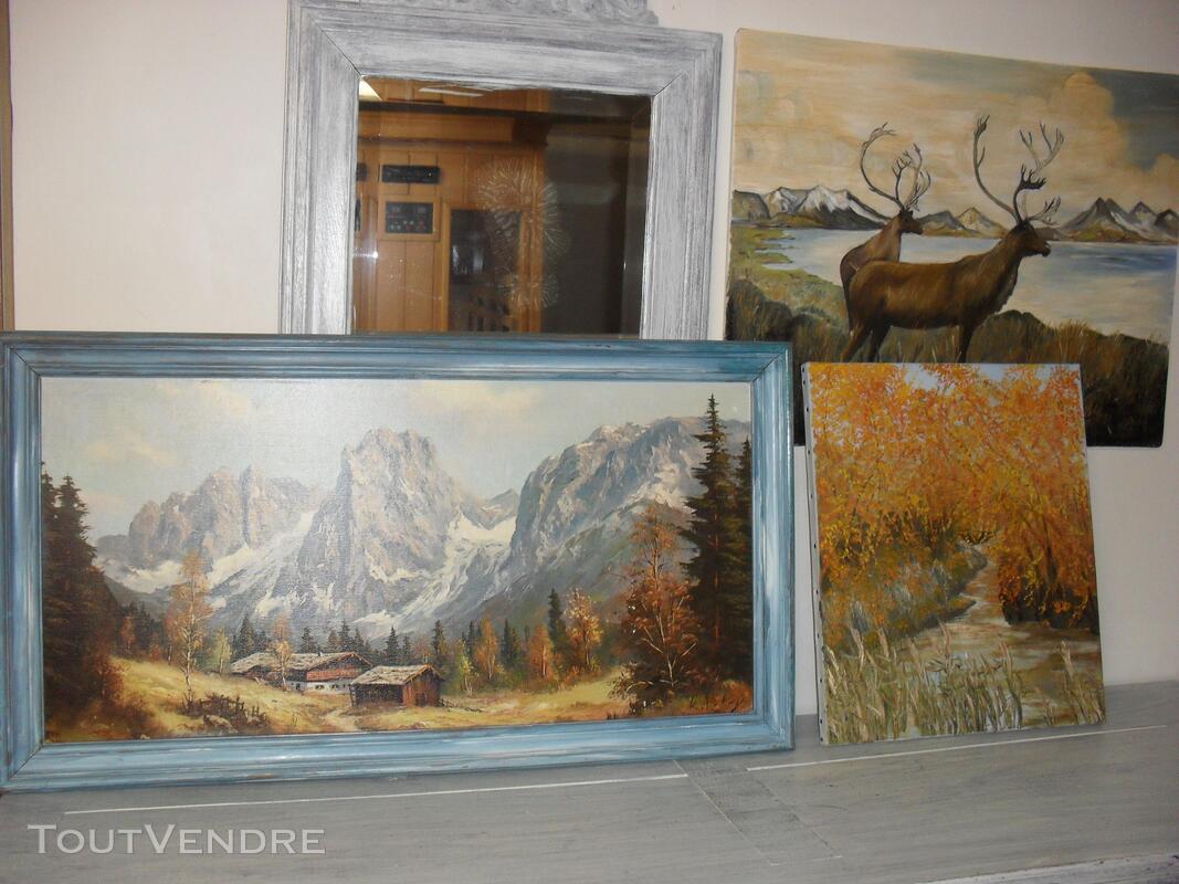 Nombreux tableaux, cadres et miroirs 558734774