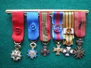 Ordres et Médailles en réduction montés sur barrette.