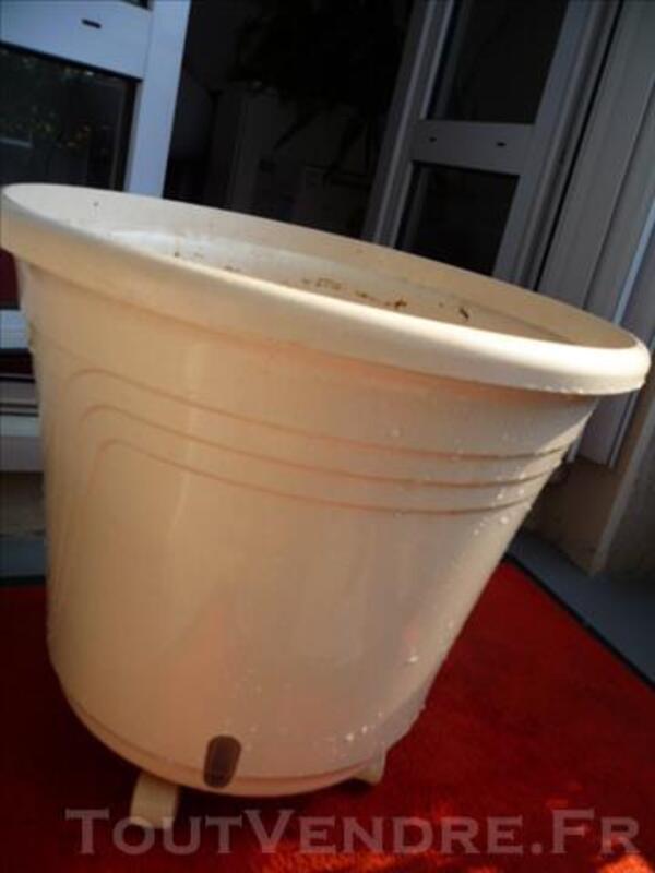 Pot à réserve d'eau blanc cassé à roulettes 83106943