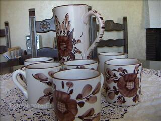 Pot et grandes tasses peintes