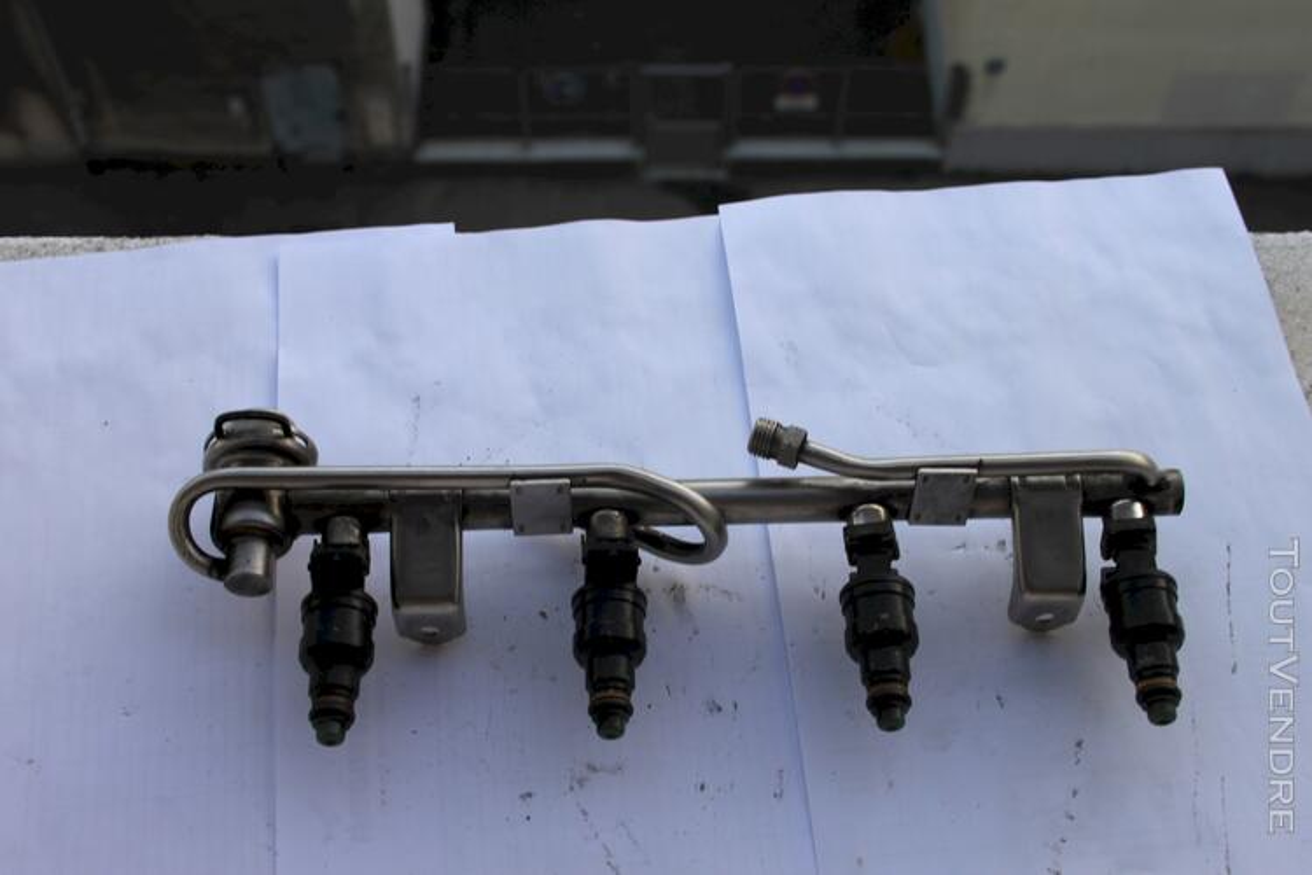 Rampe  dinjection AUDI A4 REF 058133681 plus injecteurs 111589423