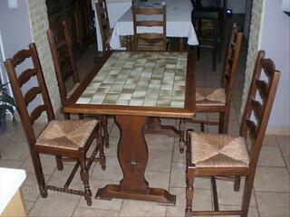 Réfrigérateur congélateur table et chaises de cuisine