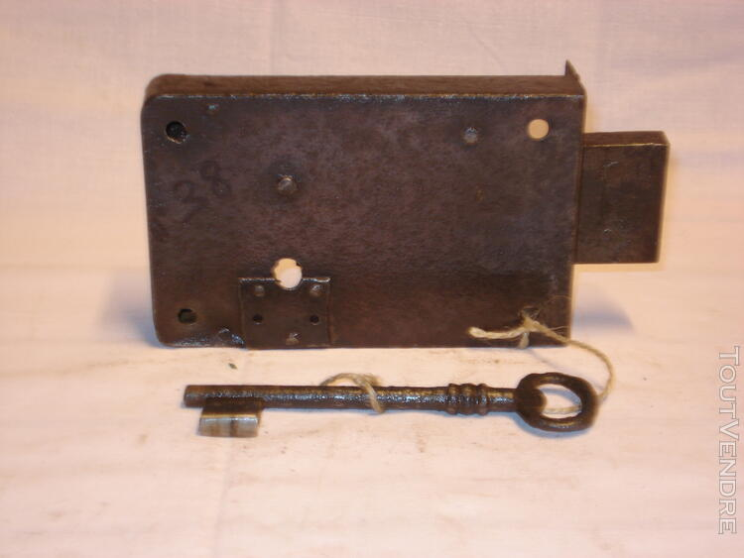Serrure ancienne en fer forgé, pour porte armoire - placard. 109174374