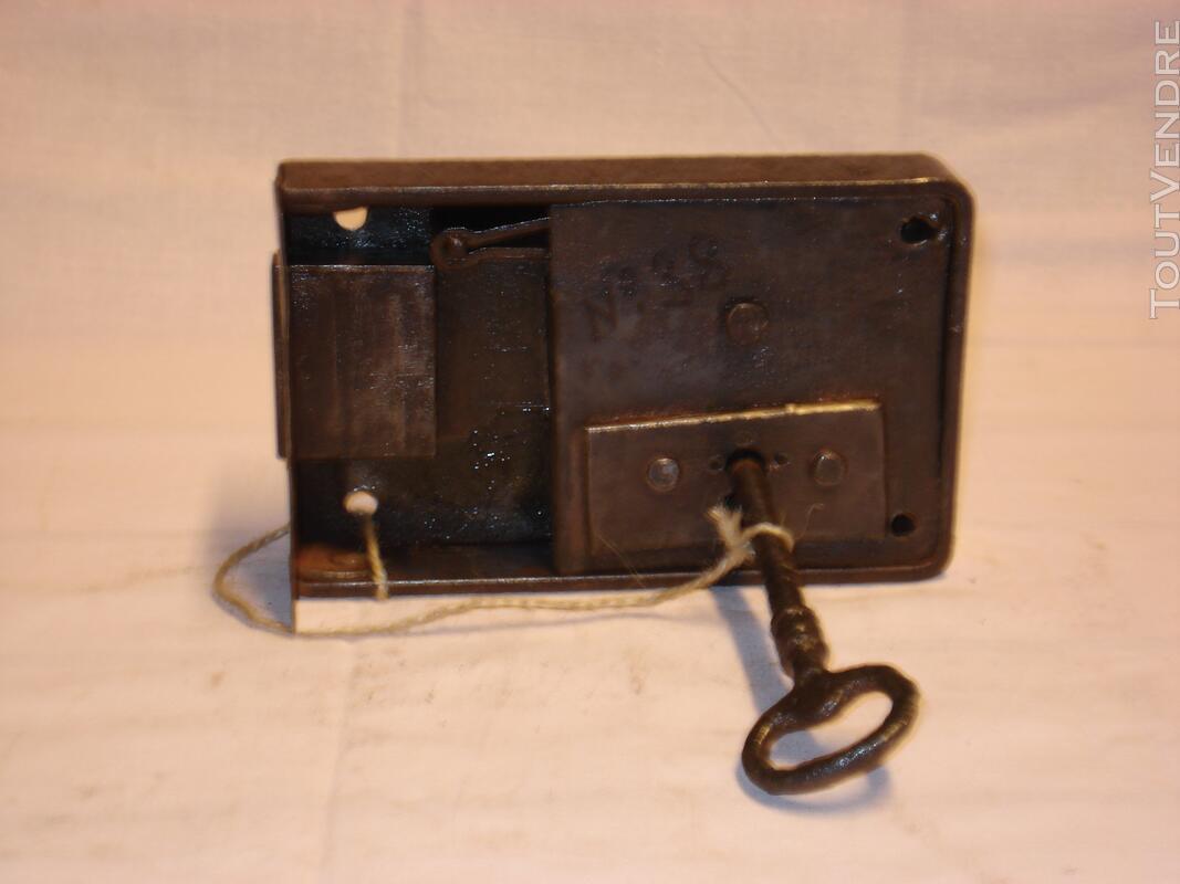 Serrure ancienne en fer forgé, pour porte armoire - placard. 109174415