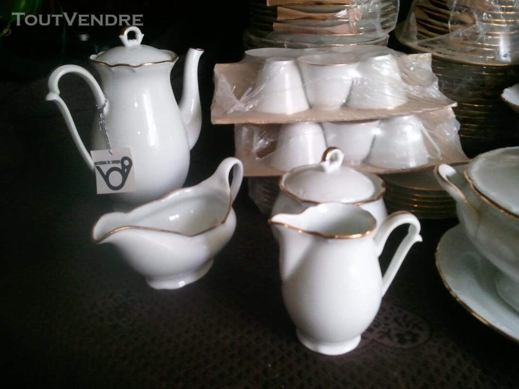 Service porcelaine de limoge 84 pieces blanc avec liseret or 108911716