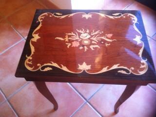 Table  à bijoux - ouvrante marquetée; avec boite à musique