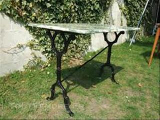 Table avec plateau marbre + chaises bistrot