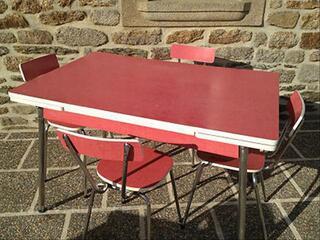Table et chaises rouge en formica
